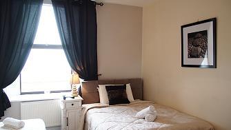 Élégamment meublées bedroom