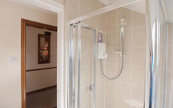 Salle de bains privée avec douche